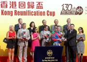中華人民共和國外交部駐香港特別行政區特派員公署副特派員宋如安頒發獎盃予香港回歸盃得勝馬匹「準備就緒」的騎師潘頓。