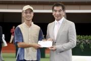 立法會議員鍾國斌在馬匹亮相圈頒發一千五百元獎金予負責料理香港回歸盃最佳外觀馬匹「飛哥」的馬房助理。