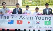 黃皓楠(中)賽後出席亞洲見習騎師挑戰賽的頒獎儀式。