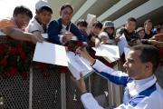 莫雷拉為在場觀賽的日本馬迷簽名留念。