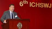 香港賽馬會賽馬事務執行總監利達賢歡迎來自十一個國家及地區的代表參加第六屆騎師健康及安全管理國際會議。