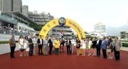 「美麗大師」勝出廣東讓賽盃,馬主及其親友在凱旋門拉頭馬祝捷。