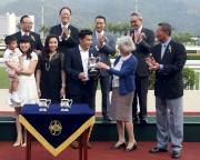 香港賽馬會主席葉錫安博士的夫人(前排右二),將廣東讓賽盃的獎盃頒發予勝出馬匹「美麗大師」的馬主郭浩泉(前排右三)。