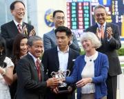 圖五, 六<br> 馬會主席葉錫安博士的夫人(右)頒發紀念品予勝出馬匹「美麗大師」的練馬師告東尼及騎師郭能。