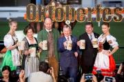 德國駐港總領事Mr Nikolaus Graf Lambsdorff 將在馬會行政總裁應家柏先生陪同下斟滿首杯啤酒