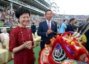 香港特別行政區政務司司長林鄭月娥及馬會主席葉錫安博士一同替醒獅點睛。