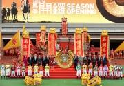 圖六, 七 : 馬季開鑼儀式上,主禮嘉賓、馬會董事、行政總裁及騎師合照。
