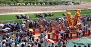 圖二, 三, 四 : 馬場設置多個迷你銅鑼及「旗開得勝金橋陣」,馬迷紛紛祈求好運,迎來暢旺馬季。
