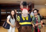 賽馬吉祥物與觀眾親切合照。