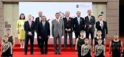 國慶賽馬日開幕禮於中午在沙田馬場馬匹亮相圈舉行,中華人民共和國外交部駐香港特別行政區特派員公署副特派員胡建中(前排左二)、香港賽馬會主席葉錫安博士(前排左三)、董事及行政總裁應家柏(前排左一)一同出席開幕禮。