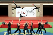 圖三, 四, 五 中國雜技團於開幕禮上表演揉合體操及講求平衡力的《騰韻·頂碗》雜技。