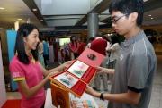 入場人士選購以兩匹香港名駒「步步友」及「友瑩格」為主題的「國慶日紀念封」及其他精品。