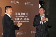 東方表行董事總經理楊衍傑先生(左)及香港賽馬會賽馬事務執行總監利達賢先生一同為「時尚煲呔日」揭幕。