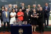 圖元五, 六, 七<br> 香港賽馬會董事葉澍?(前排右一)將獎盃及紀念銀碟頒予「步步友」的馬主李福鋆醫生及夫人、練馬師約翰摩亞及騎師田泰安。