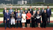 精英碗頒獎禮上,「步步友」的馬主、練馬師、騎師與馬會董事及行政總裁合照。