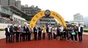 郭能策騎「新力風」勝出國慶盃,馬主黃良柏及其親友在凱旋門拉頭馬祝捷。