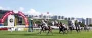圖一、二<br> 莎莎婦女銀袋在第八場上演,由霍勵賢策騎的「人強馬勁」(11號)勝出這場1800米香港三級賽。