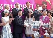 馬會遴選會員梁欽聖先生的女兒梁舜茵小姐在莎莎婦女銀袋頒獎儀式上頒發紀念銀碟予得勝馬匹「人強馬勁」的馬主。
