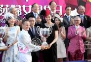 「莎莎婦女銀袋日」形象大使張鈞甯在莎莎婦女銀袋頒獎儀式上,致送紀念盃予冠軍馬匹「人強馬勁」的騎師霍勵賢。