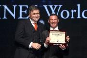 LONGINES副總裁暨國際市場總監Juan-Carlos Capelli (左) 致送浪琴表腕表予浪琴表全球最佳騎師得主戴圖理。