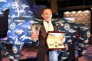 戴圖理於浪琴表全球最佳騎師頒獎禮後手持獎座及浪琴表腕表留影。
