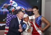 美國三冠大賽冠軍騎師伊偉舵與應家柏及代表美國的賽馬大使一同在台上自拍。