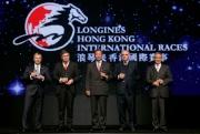 各主禮嘉賓在派對上向來賓祝酒。 (左起)香港賽馬會行政總裁應家柏、LONGINES副總裁暨國際市場總監Juan-Carlos Capelli、香港賽馬會主席葉錫安博士、LONGINES總裁霍凱諾、香港賽馬會副主席周永健。