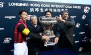 (左起)浪琴表香港盃勝出馬匹「榮進之光」的騎師武豊、練馬師?口正則與馬主Eishindo Co Ltd的代表賽後與傳媒分享勝利喜悅。