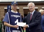 香港代表「威爾頓」獲得浪琴表香港盃最佳外觀馬匹?,國際賽馬組織聯盟主席Louis Romanet(右)頒發五千元獎金予料理該駒的馬房助理。