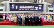 浪琴表香港國際賽事開幕儀式於馬匹亮相圈舉行。香港特別行政區行政會議召集人林煥光議員聯同馬會董事、幹事、嘉賓及各參賽騎師一起主持開幕儀式。(圖1—前排右起)LONGINES香港區副總裁歐陽楚英、馬會行政總裁應家柏、LONGINES總裁霍凱諾、馬會主席葉錫安博士、香港特別行政區行政會議召集人林煥光議員、馬會副主席周永健、斯沃琪集團(香港)董事總經理盧克勤及LONGINES優雅形象大使Simon Baker。