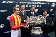 浪琴表香港一哩錦標勝出馬匹「滿樂時」的騎師莫雅、練馬師堀宣行,以及馬主吉田和美與傳媒分享勝利喜悅。