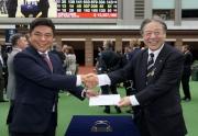 日本代表「引以為榮」獲選浪琴表香港一哩錦標最佳外觀馬匹,日本中央競馬會理事長後藤正幸先生(右)頒發五千元獎金予料理該駒的馬房助理。