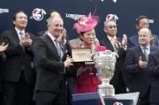 圖十二、十三、十四<br> LONGINES香港區副總裁歐陽楚英致送紀念品予浪琴表香港瓶冠軍「高地之舞」的馬主代表、練馬師代表及騎師莫雅。