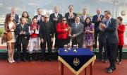 華商會所主席羅威文伉儷頒發冠軍獎盃予華商會挑戰盃頭馬「萬事勇」馬主張祖昌的代表。
