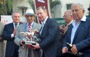 第三十六屆亞洲賽馬會議籌備委員會主席Cyrus Poonawalla 博士(左二),於星期日在瑪哈拉克希米馬場向應家柏頒發特別獎項。