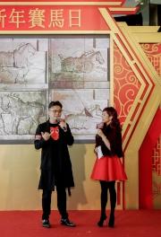 馬會今年繼續與著名跨界藝術家馬興文合作,為農曆新年賽馬日製作琉璃駿馬雕塑,記者會上馬興文講解他如何將文化藝術融入賽馬運動。