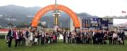 「友瑩格」的馬主及親友、練馬師及騎師在賽後祝捷。