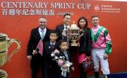 「友瑩格」的馬主、練馬師及騎師賽後與傳媒一同分享勝利喜悅。