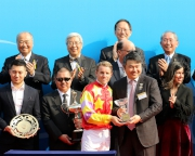 花旗集團香港及澳門區行長盧韋柏(右)致送紀念品予頭馬「威爾頓」的騎師貝湯美。