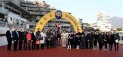 「天才」的騎師韋達、馬主梁麟炳及其親友在凱旋門祝捷。