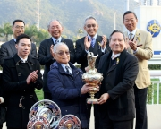 圖 4, 5, 6<br> 香港賽馬會董事葉澍在百週年紀念銀瓶頒獎儀式上,將冠軍獎盃頒予「天才」的馬主梁麟炳、以及銀碟予練馬師葉楚航及騎師韋達。