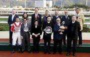 馬會董事們及行政總裁應家柏,與「天才」的馬主、騎師、練馬師於頒獎儀式上合照。