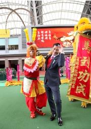 圖 8, 9<br> 著名藝人郭富城與馬迷互動玩遊戲,並大派利是及電影戲票。