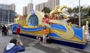 香港賽馬會以「躍馬同心賀新春」為主題的花車在沙田馬場公眾席入口展出,供入場人士拍照留念。