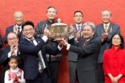 圖5, 6, 7<br> 香港特別行政區財政司司長曾俊華於賀年盃頒獎禮上,頒發獎盃及元寶予冠軍馬匹「澳斯卡」的馬主蕭劍新、練馬師蔡約翰及騎師莫雷拉。