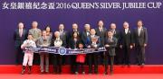 馬會主席葉錫安博士、眾馬會董事、行政總裁應家柏及「詠彩繽紛」的馬主及騎練,於女皇銀禧紀念盃頒獎禮上合照。