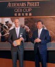 香港賽馬會主席葉錫安博士(右)及愛彼大中華區行政總裁梵衛一同主持愛彼女皇盃排位抽籤儀式。