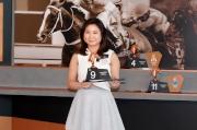 馬主代表Gloria Lo為參賽馬匹「軍事出擊」抽得第9檔。