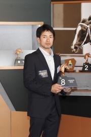 日本參賽馬匹「里見皇冠」的副練馬師Tomohiro Takahashi為該駒抽得第8檔。