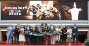 馬會主席、董事、行政總裁、愛彼高層,與「明月千里」的馬主及騎練、以及2016年愛彼女皇盃大使李嘉欣,於愛彼女皇盃頒獎禮上合照。